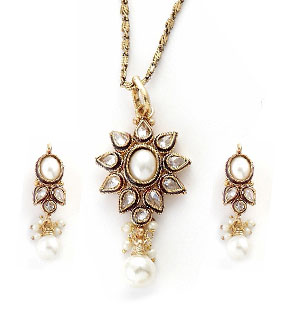 Pendant Set with Floral Pattern
